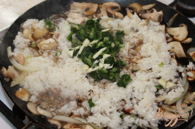 Рис с соевым соусом грибами и зеленым луком