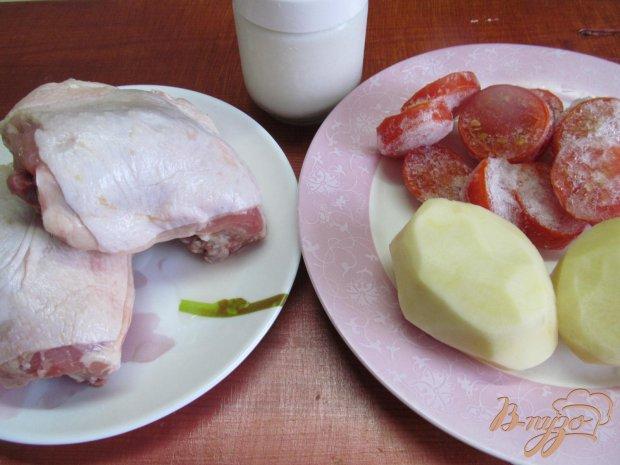 Рецепт Куриные бедра с помидором и картофелем в сметанном соусе