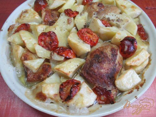 Куриные бедра с помидором и картофелем в сметанном соусе