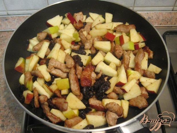 Свинина, приготовленная с черносливом и яблоками