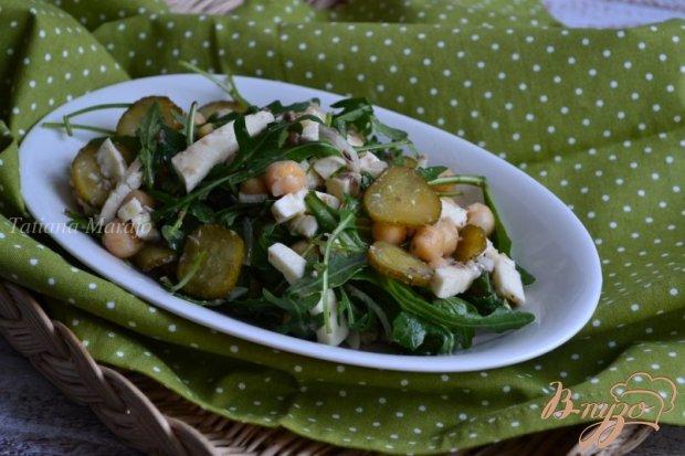 Салат с рукколой, сардинами и нутом