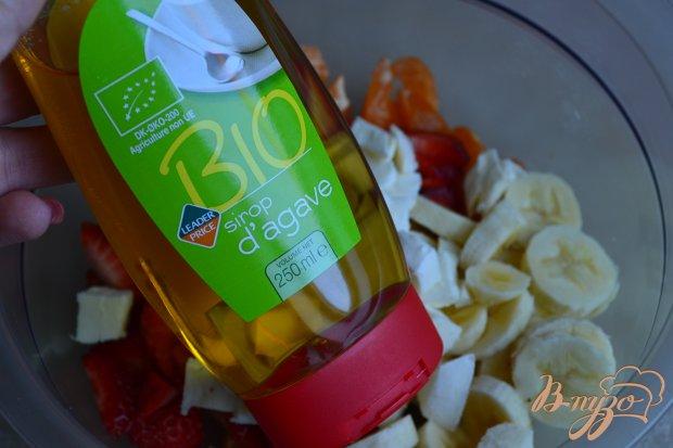 Фруктовый салат с моцареллой и сиропом агавы