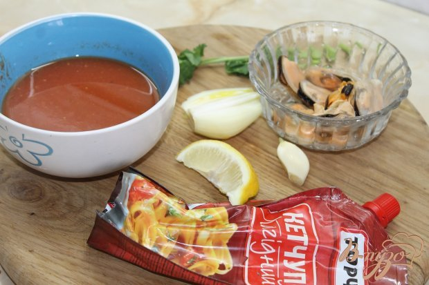 Томатный суп с мидиями и крутонами