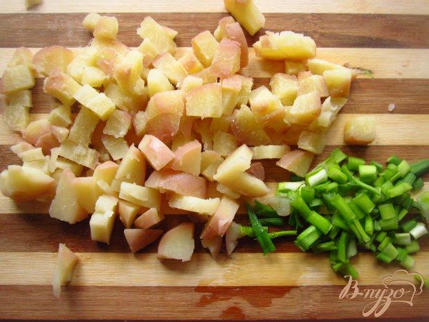 Рецепт Салат с копчеными сосисками и луком в кляре
