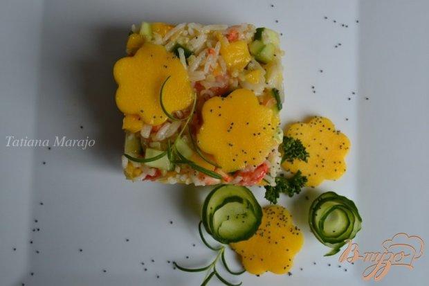 Салат с манго, креветками и крупой