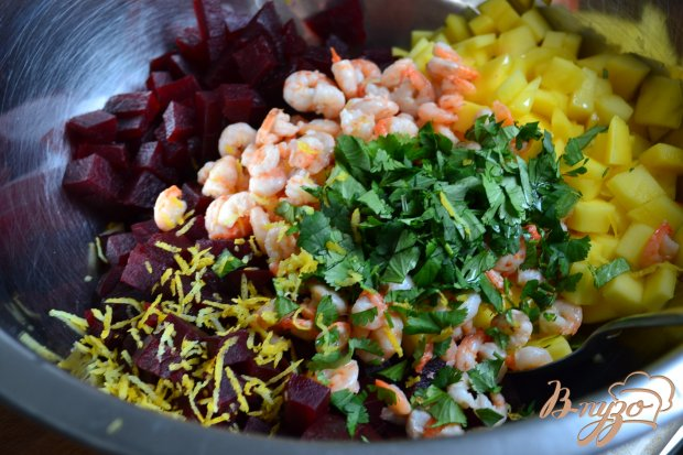 Салат со свеклой, манго и креветками