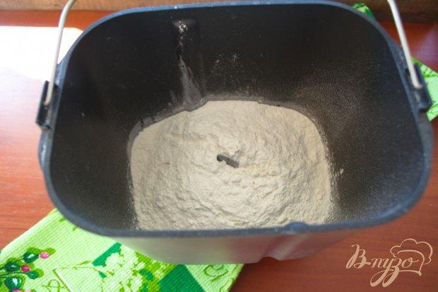 Домашние дрожжевые сладкие булочки с корицей, маком и сахаром.