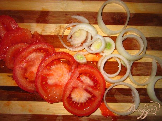 Печеночные блины с помидорами под сыром