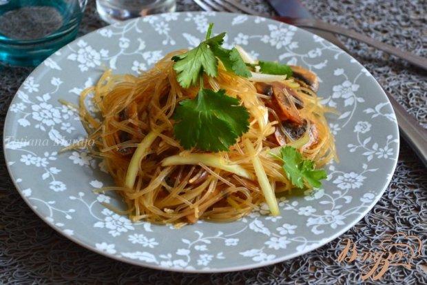 Салат с шампиньонами и рисовой лапшой