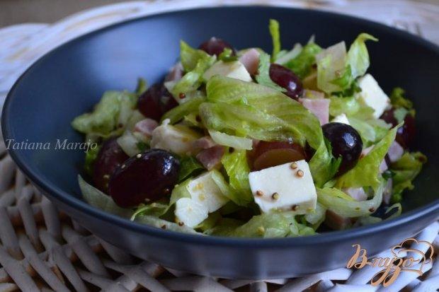 Салат с виноградом, ветчиной и сыром