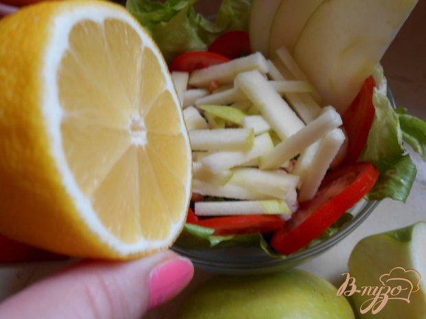 Салат с креветками, яблоком и рукколой