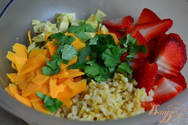 Салат с крупой, авокадо и клубникой