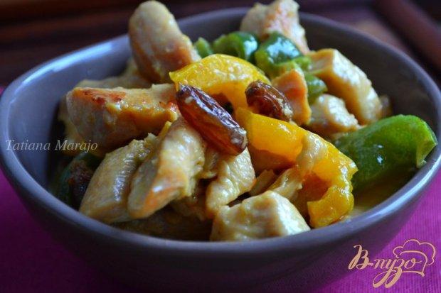 Мясо куриных грудок со сладким перцем с изюмом