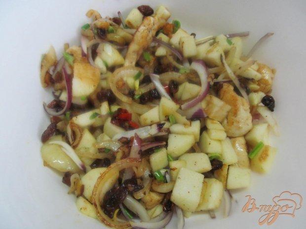 Теплый салат с курицей яблоком и изюмом