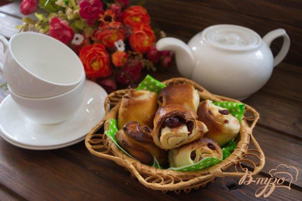 Сладкие булочки на кефире с вяленой вишней