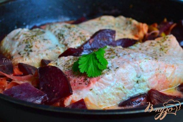 Филе лосося со свеклой и пореем