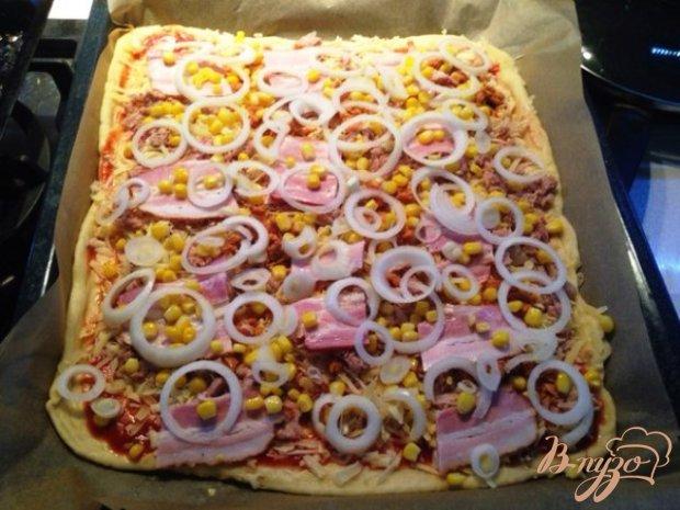Пицца с тунцом и кукурузой.