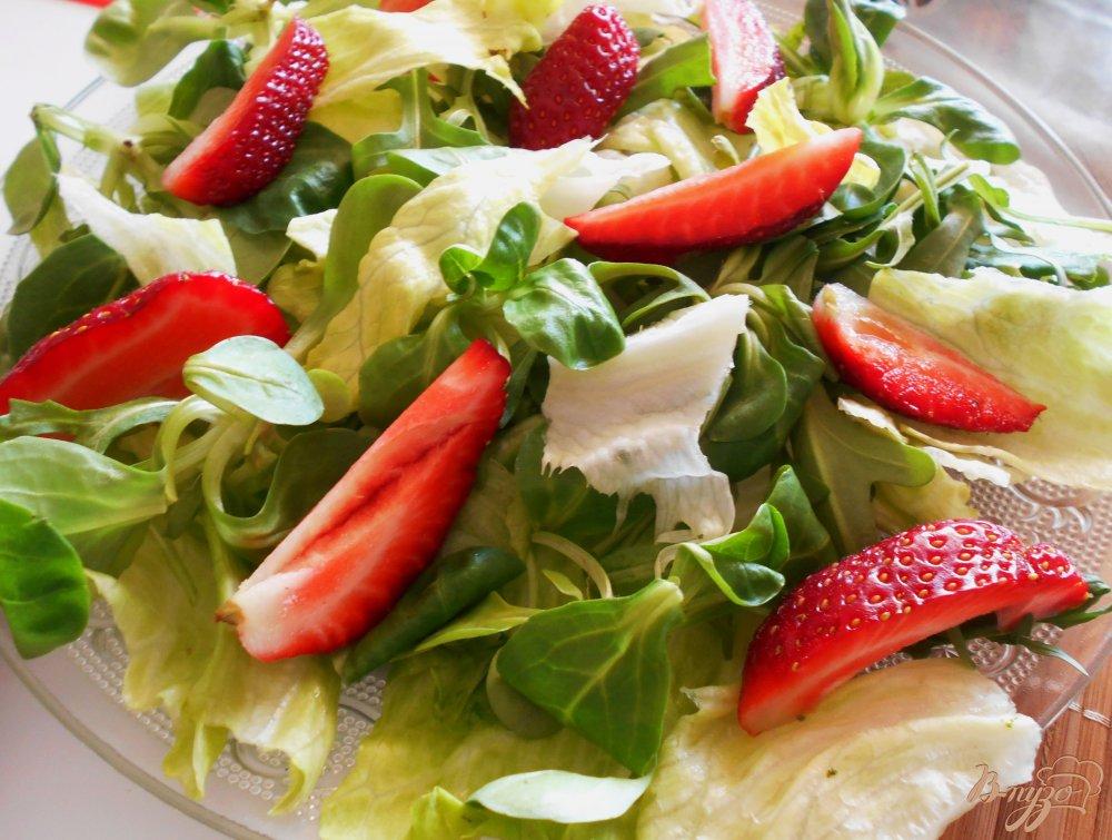 Фото приготовление рецепта: Салат с клубникой, рукколой и грецкими орехами шаг №6