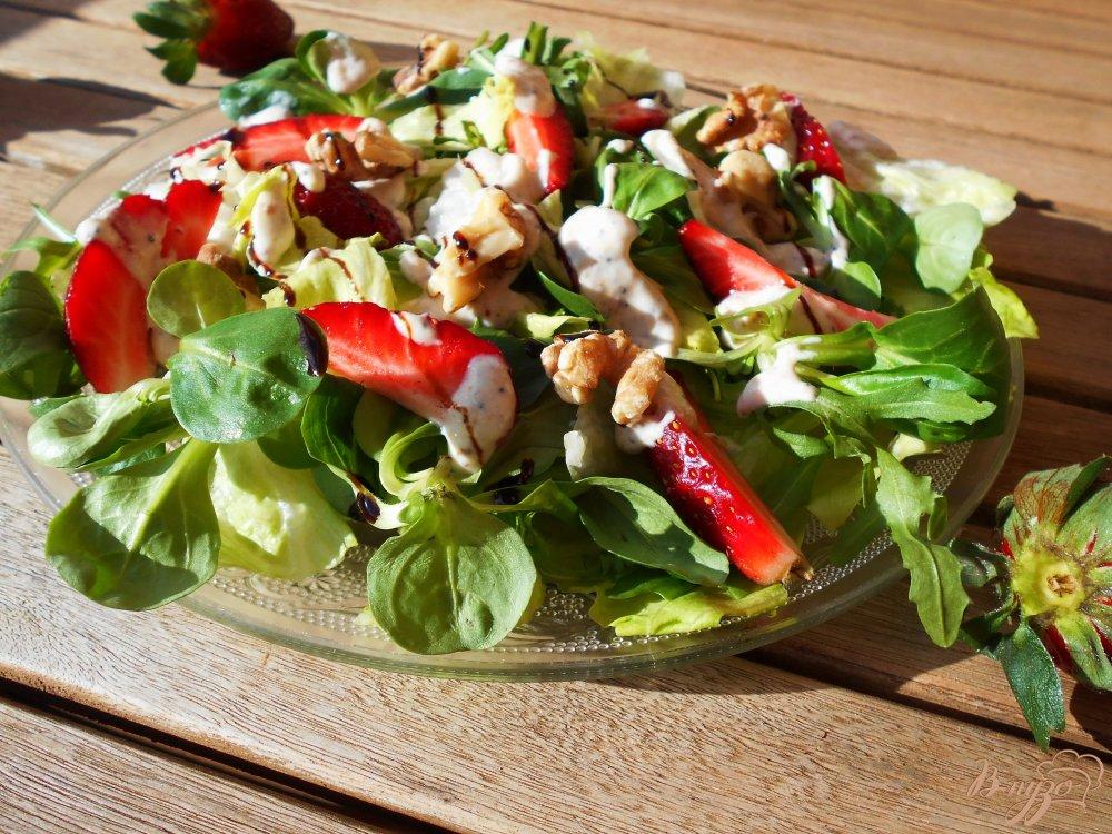 Фото приготовление рецепта: Салат с клубникой, рукколой и грецкими орехами шаг №7