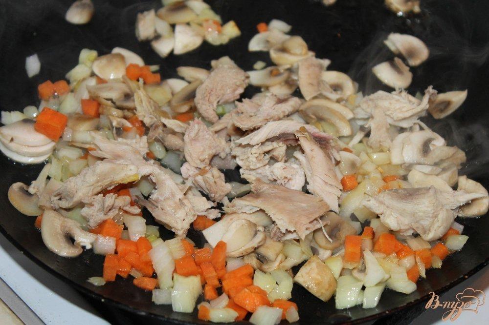 Фото приготовление рецепта: Сливочный супчик с сыром грибами и курицей шаг №6