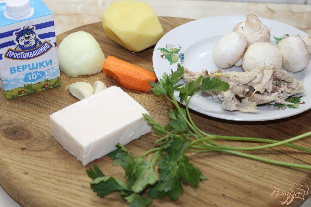 Фото приготовление рецепта: Сливочный супчик с сыром грибами и курицей шаг №2