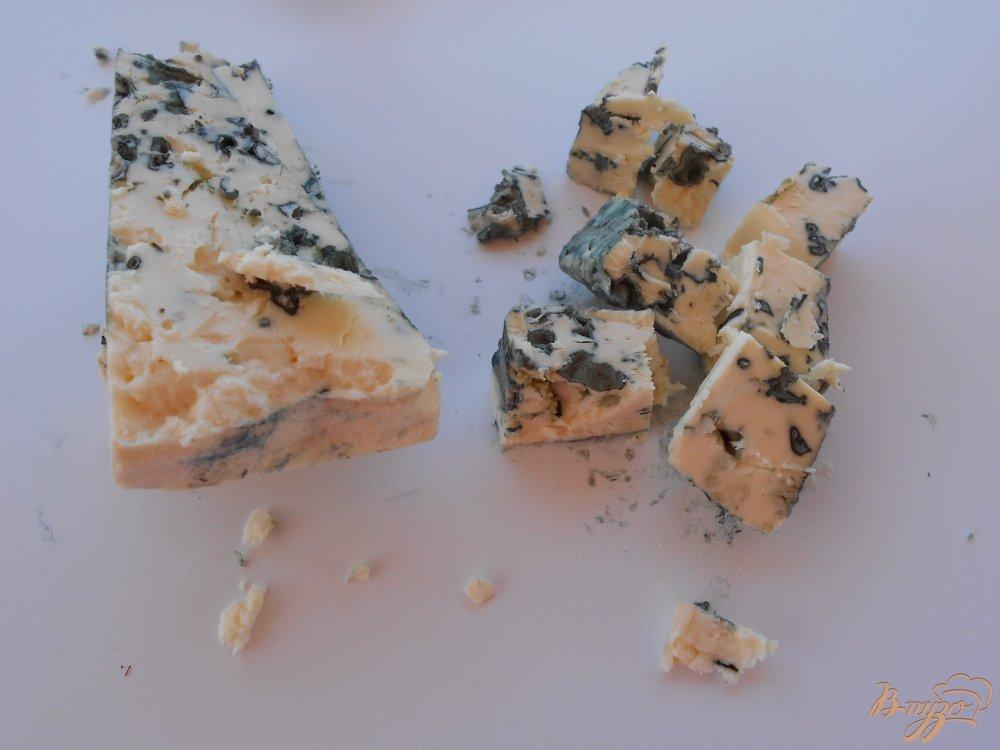 Фото приготовление рецепта: Салат из груши и сыра с голубой плесенью шаг №1