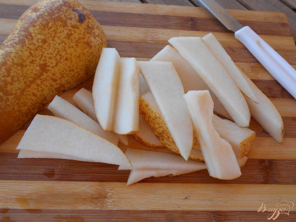 Фото приготовление рецепта: Салат из груши и сыра с голубой плесенью шаг №2