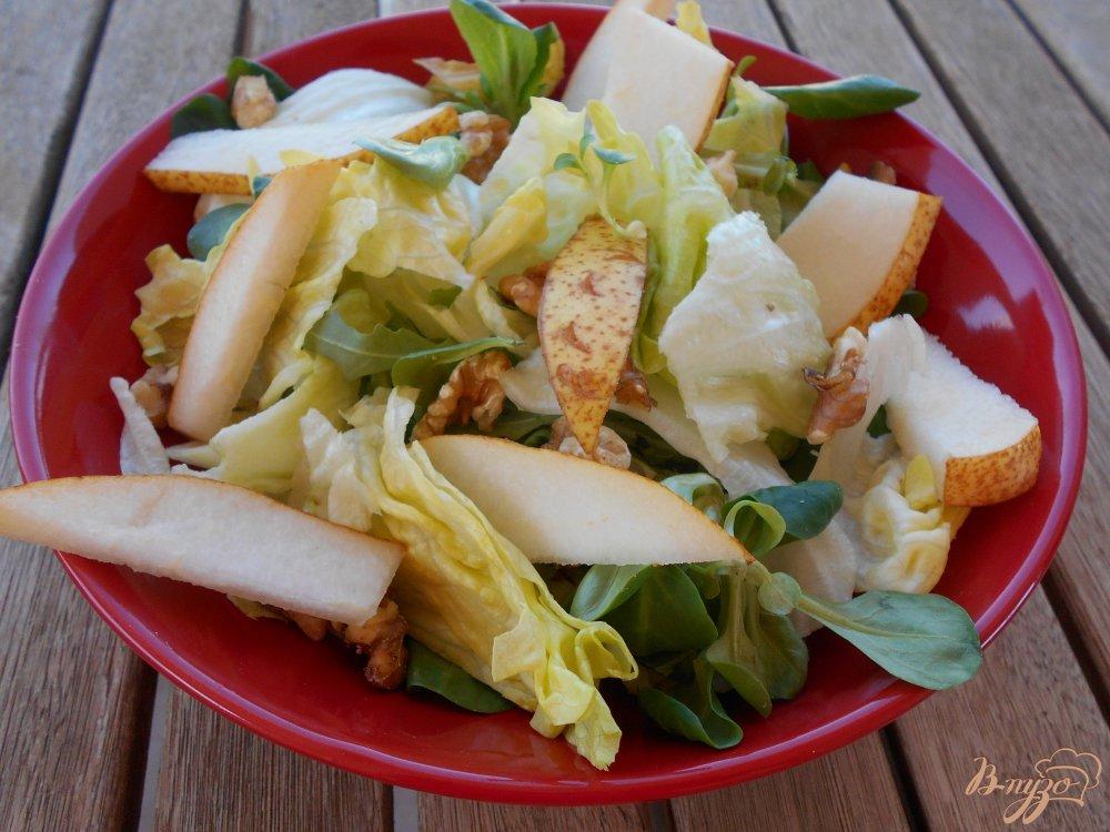 Фото приготовление рецепта: Салат из груши и сыра с голубой плесенью шаг №4