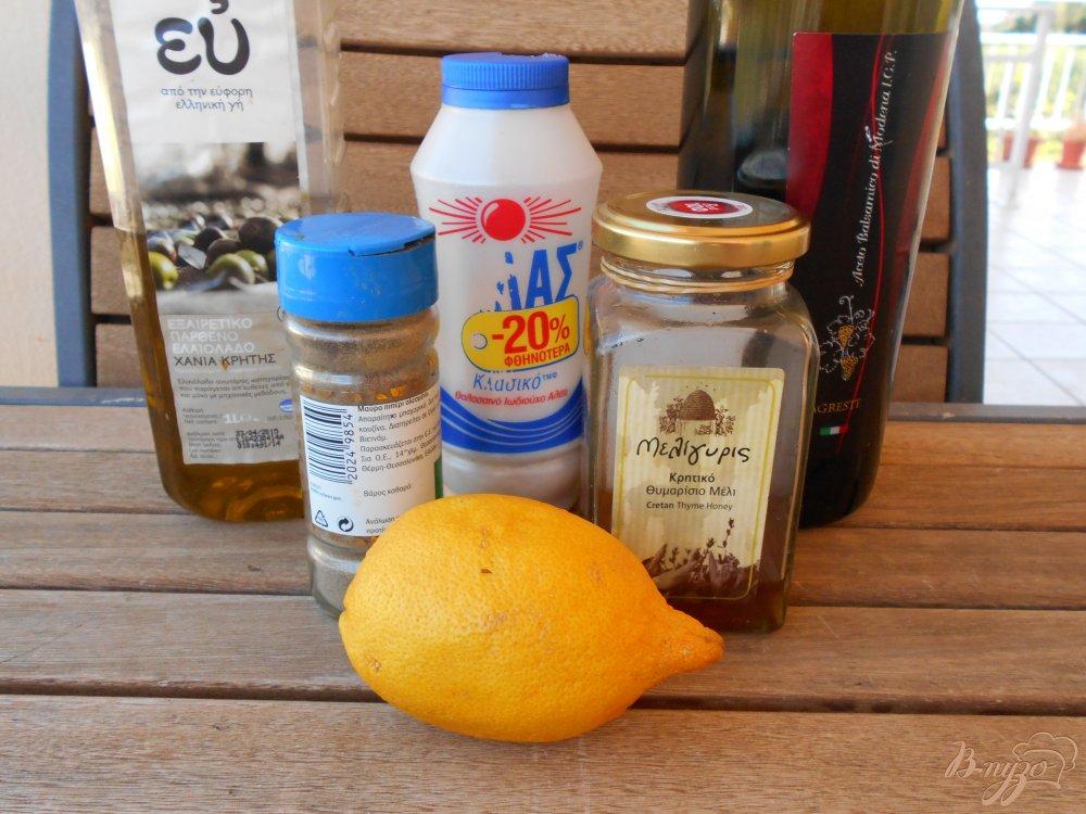 Фото приготовление рецепта: Салат из груши и сыра с голубой плесенью шаг №3