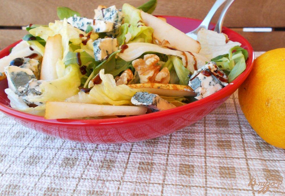 Фото приготовление рецепта: Салат из груши и сыра с голубой плесенью шаг №5