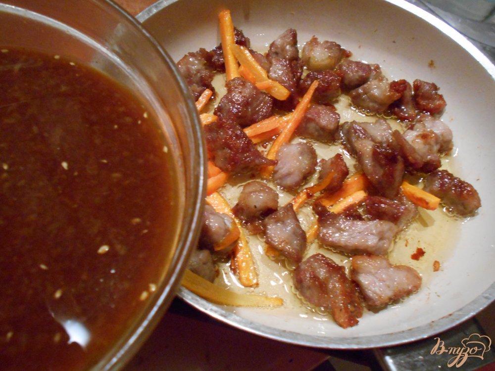 Фото приготовление рецепта: Свинина в апельсиново- соевом соусе шаг №4