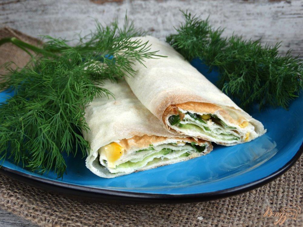 Фото приготовление рецепта: Закуска из лаваша с огурцами и кукурузой шаг №6