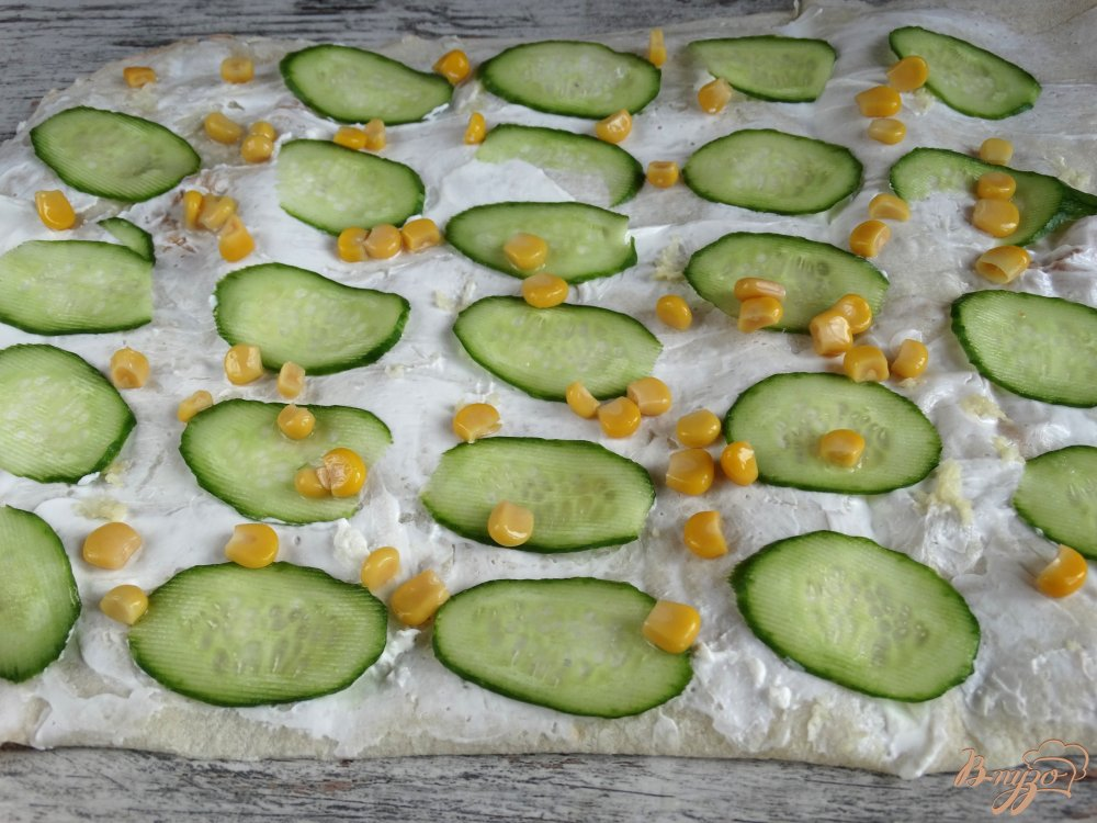Фото приготовление рецепта: Закуска из лаваша с огурцами и кукурузой шаг №4