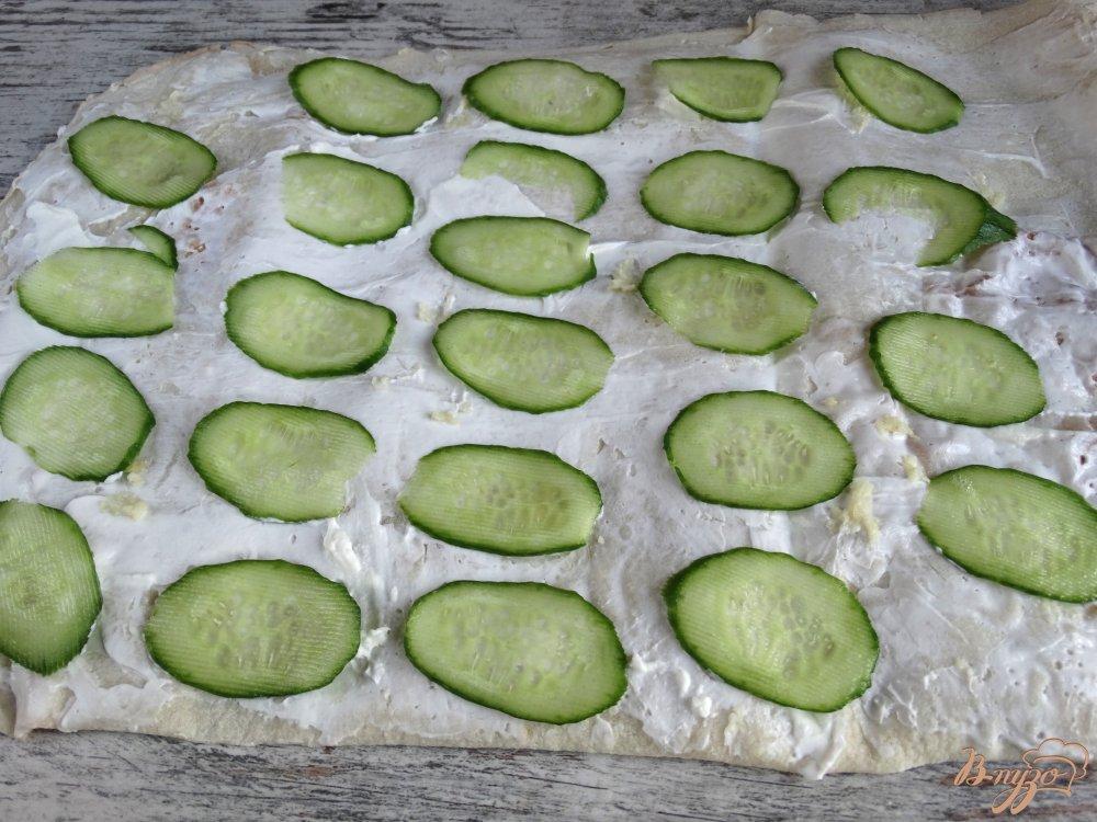 Фото приготовление рецепта: Закуска из лаваша с огурцами и кукурузой шаг №3