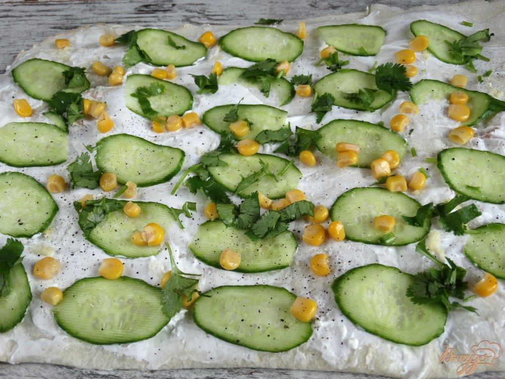 Фото приготовление рецепта: Закуска из лаваша с огурцами и кукурузой шаг №5