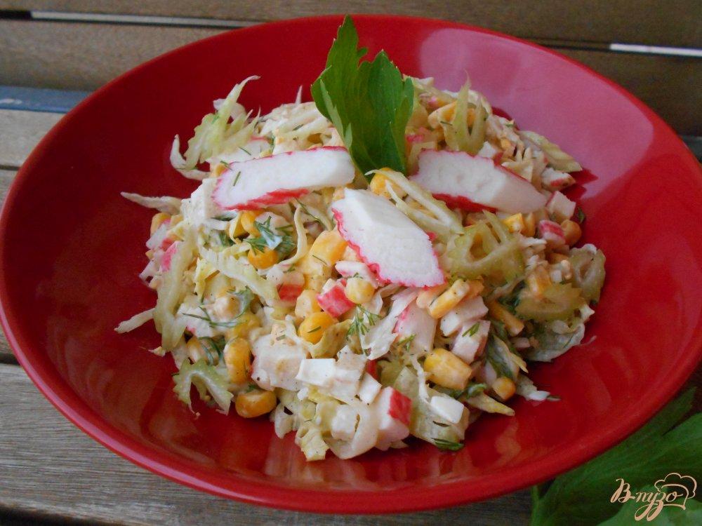 Фото приготовление рецепта: Салат с крабовыми палочками  и сельдереем шаг №8
