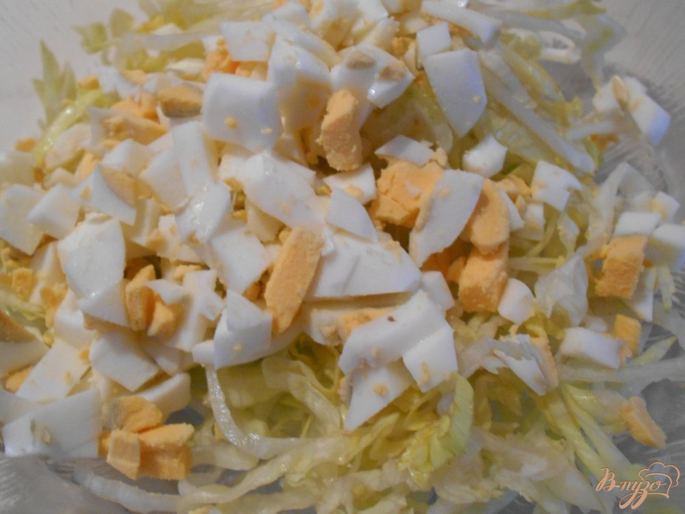 Фото приготовление рецепта: Салат с крабовыми палочками  и сельдереем шаг №3