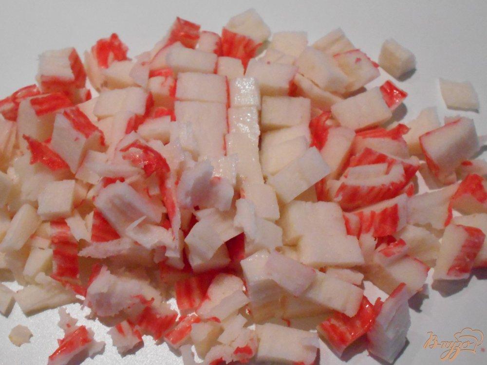 Фото приготовление рецепта: Салат с крабовыми палочками  и сельдереем шаг №4