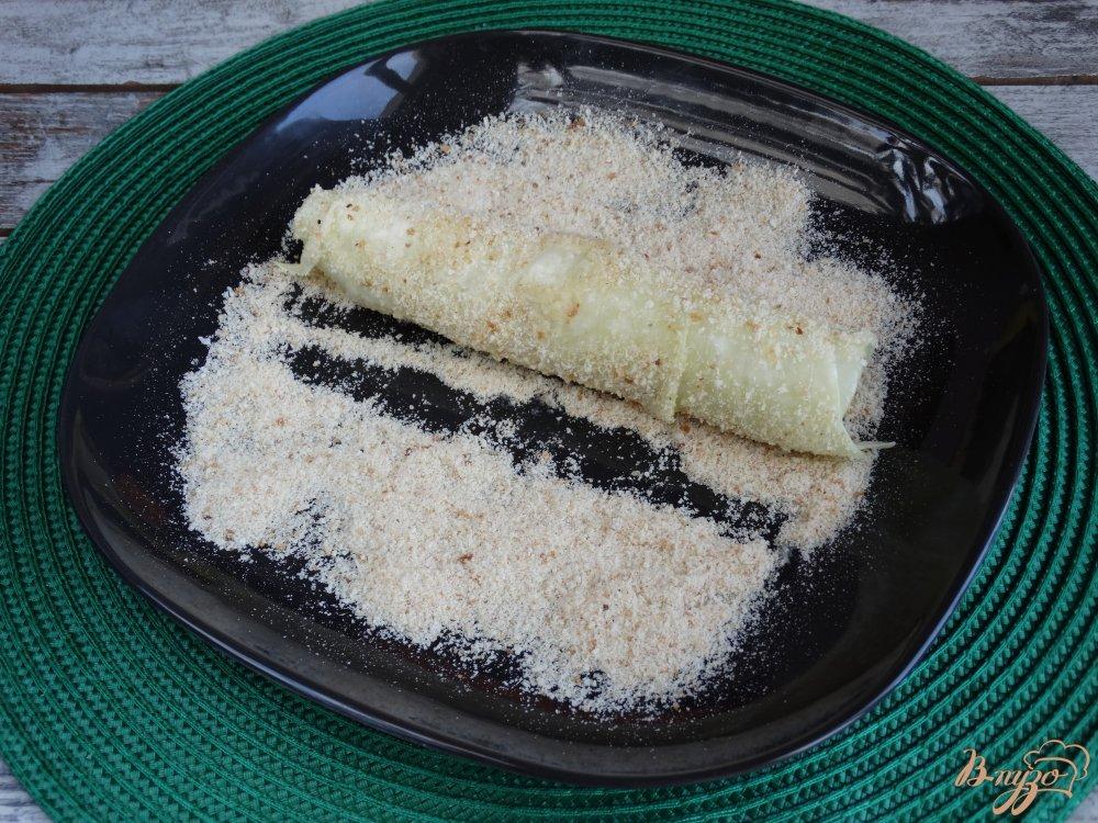 Фото приготовление рецепта: Сосиски в капустных листьях шаг №5