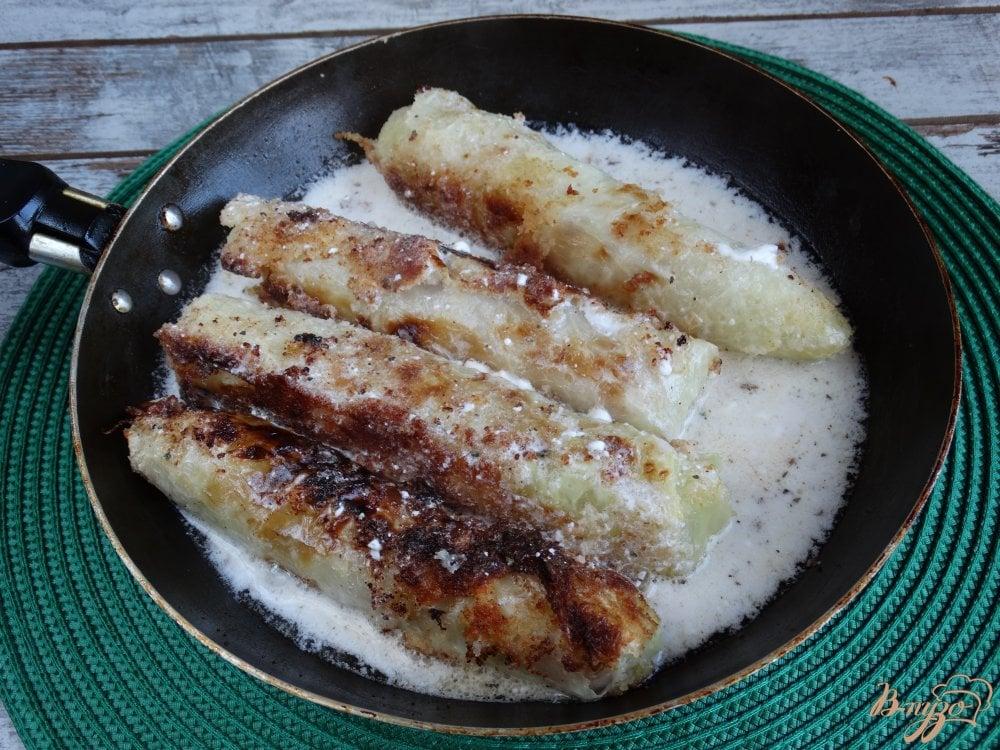 Фото приготовление рецепта: Сосиски в капустных листьях шаг №7