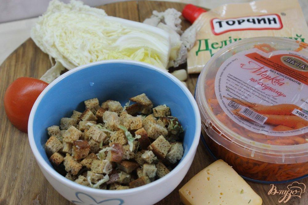 Фото приготовление рецепта: Салат домашний с курицей и сухарями шаг №2