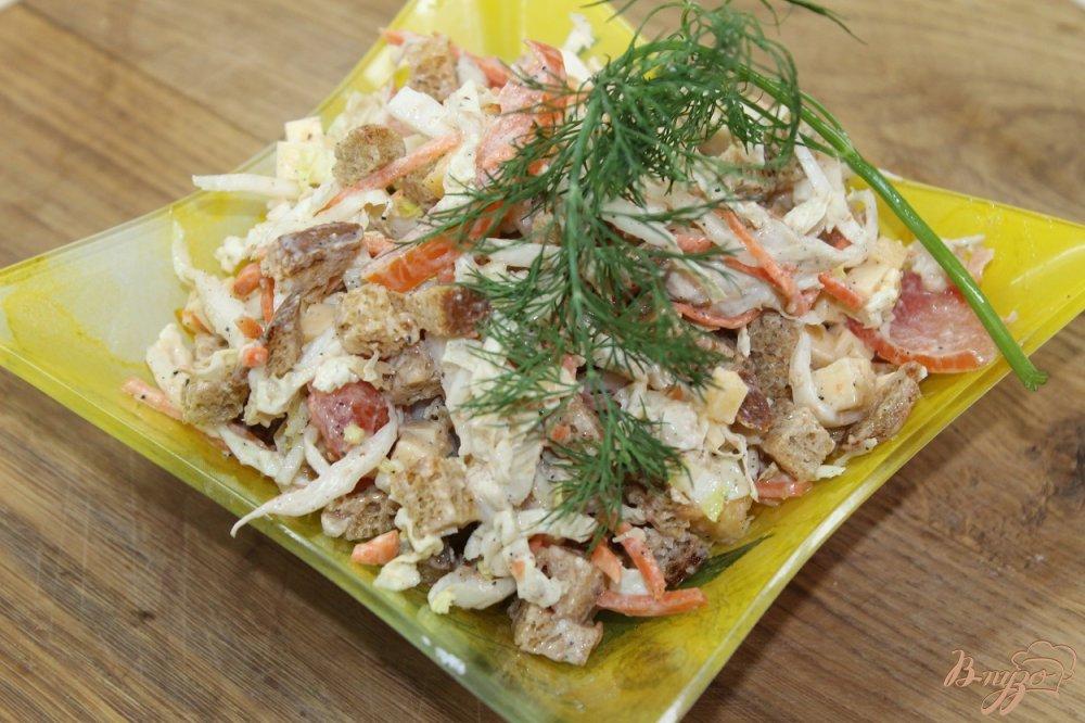 Фото приготовление рецепта: Салат домашний с курицей и сухарями шаг №6