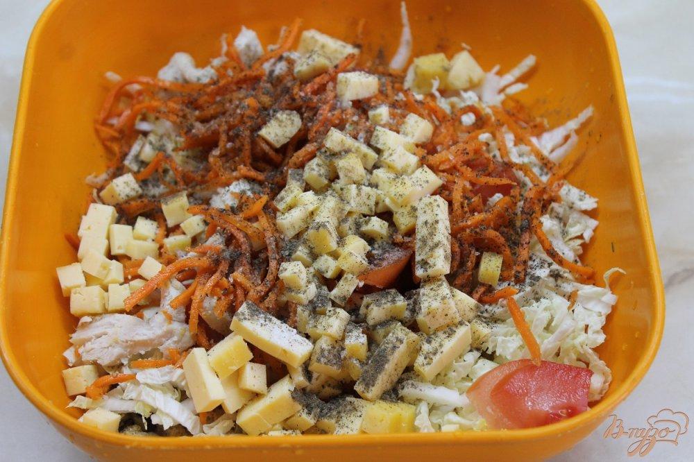 Фото приготовление рецепта: Салат домашний с курицей и сухарями шаг №5