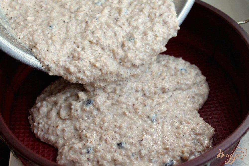 Фото приготовление рецепта: Овсяный пирог с орехами шаг №7
