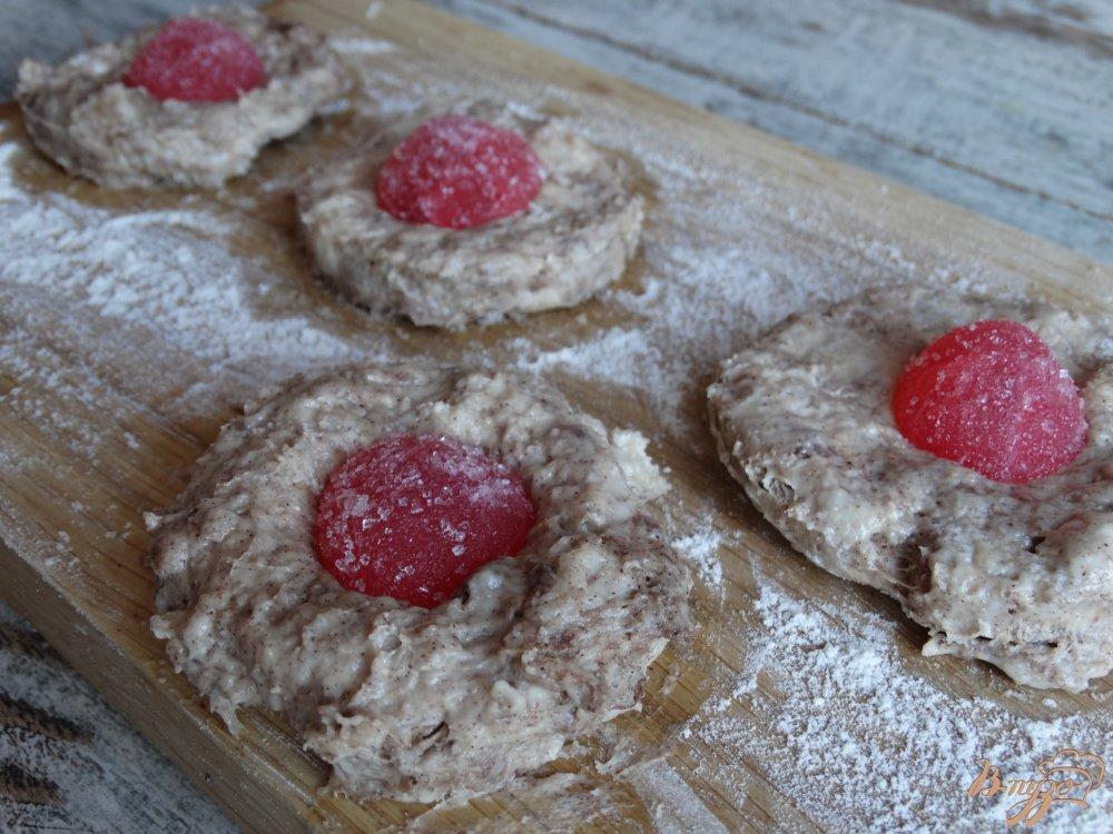 Фото приготовление рецепта: Мягкое шоколадное печенье с мармеладом шаг №7