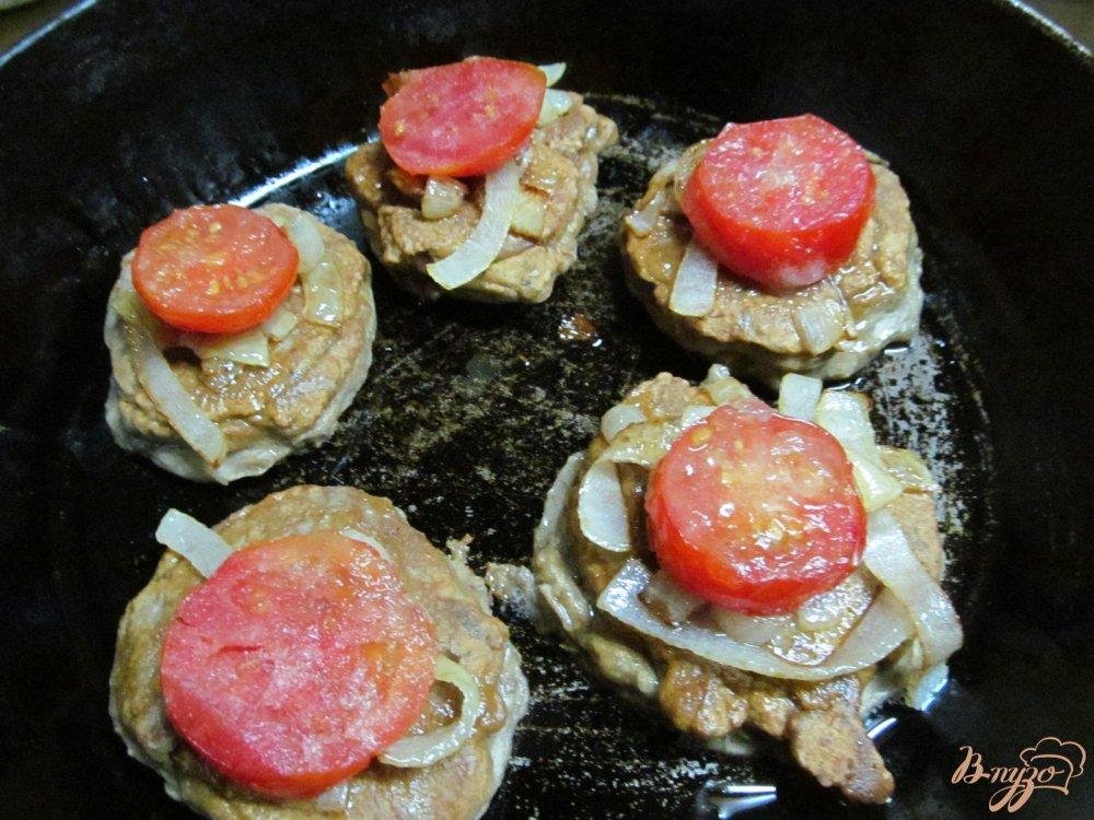 Фото приготовление рецепта: Печень под овощами шаг №6