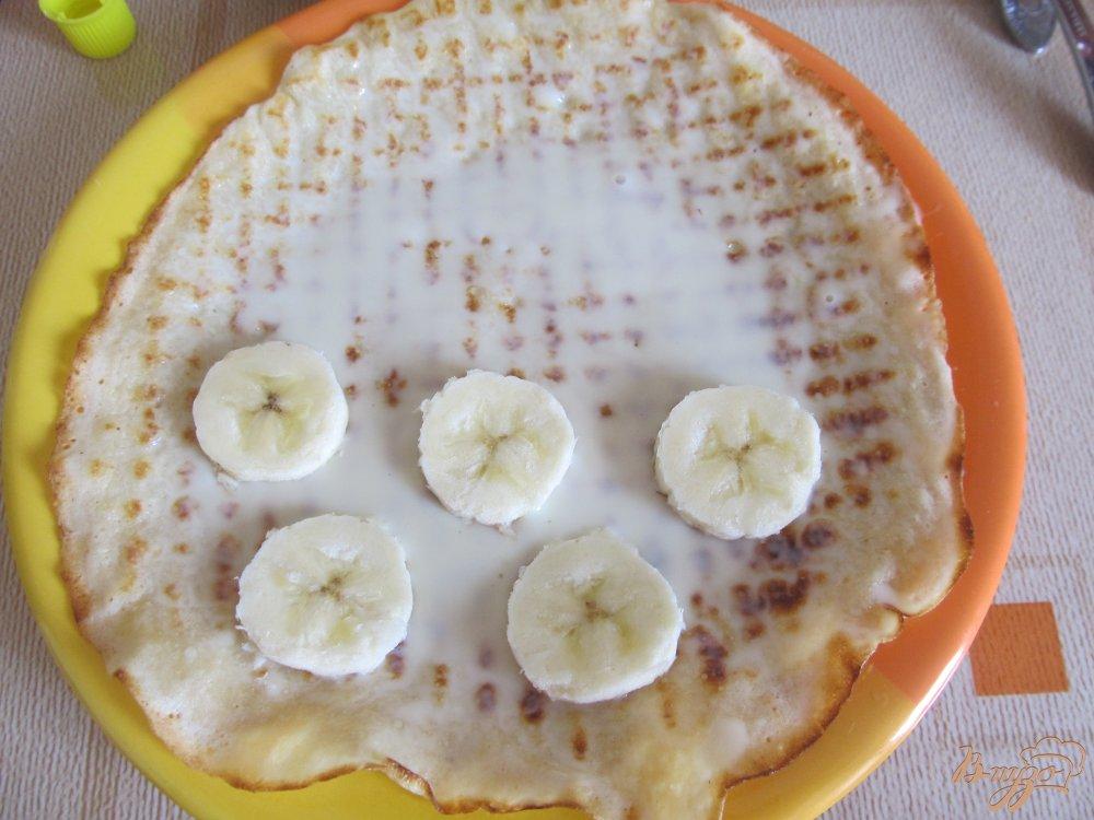 Фото приготовление рецепта: Блинчики с бананами и сгущенкой шаг №7