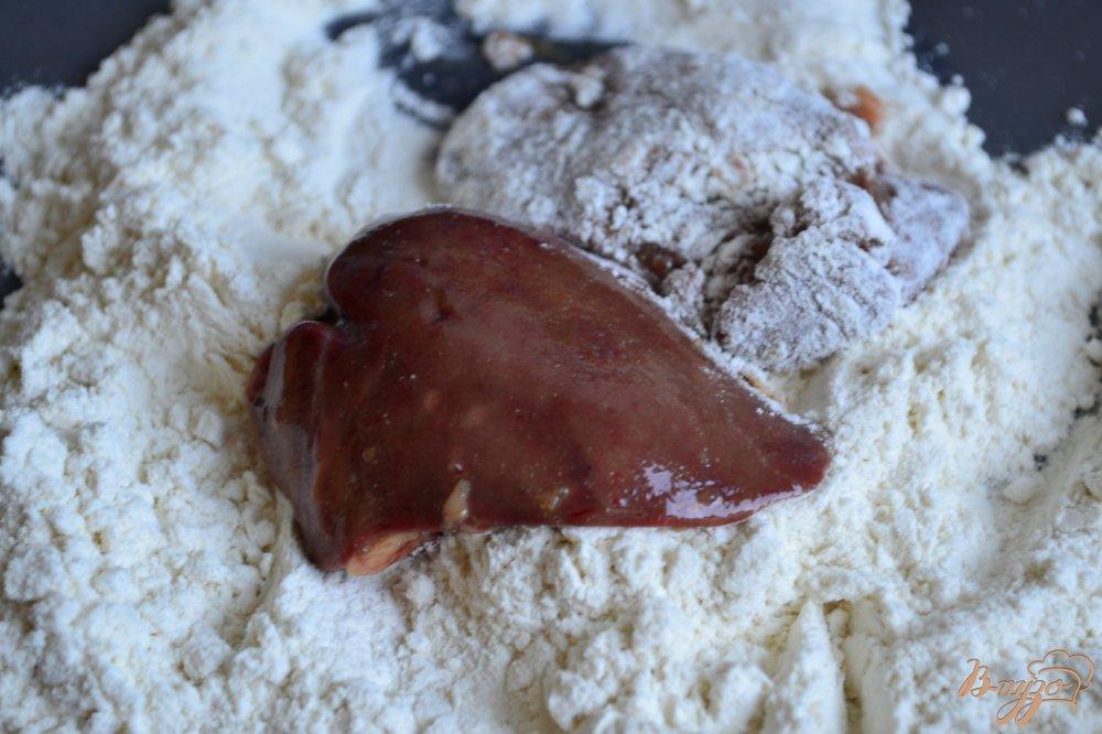 Фото приготовление рецепта: Куриная печень с ревенем и черносливом шаг №3