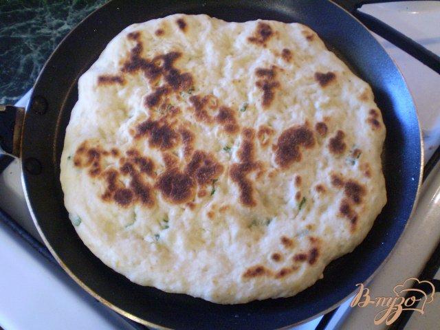 Фото приготовление рецепта: Лепешка на кефире с листьями чеснока шаг №7