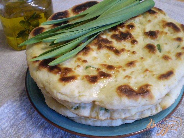 Фото приготовление рецепта: Лепешка на кефире с листьями чеснока шаг №8